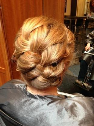 Золотисто медовый цвет волос, прическа на любое праздничное мероприятие