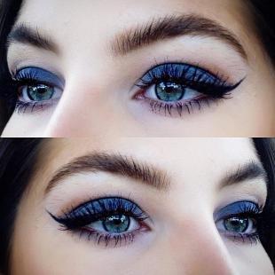 Макияж для голубых глаз под голубое платье, яркий синий макияж глаз со стрелками