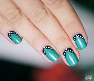 Рисунки с узорами на ногтях, зеленый мерцающий маникюр с белым горошком