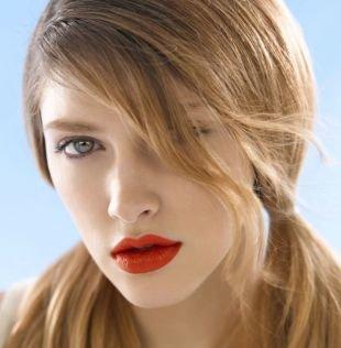 Цвет волос темный блондин, школьная прическа с двумя хвостиками