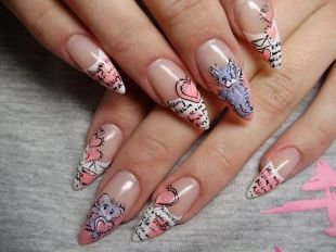 Дизайн нарощенных ногтей, маникюр с мишкой тедди и сердечками