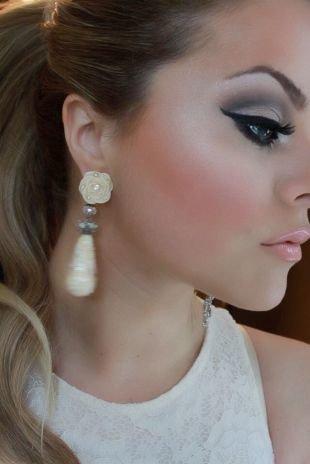 Свадебный макияж для голубых глаз и темных волос, макияж на выпускной со стрелками