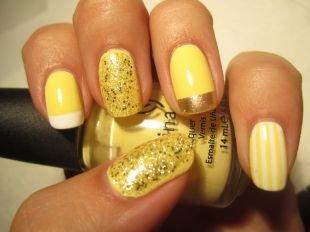 Золотой френч, бледно-желтый маникюр с полосками и блестящим лаком
