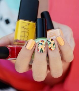 Рисунки с узорами на ногтях, яркий маникюр с тропическими цветами