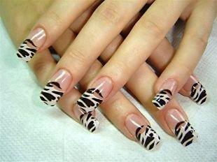 Дизайн нарощенных ногтей, французский маникюр с рисунком в стиле зебры