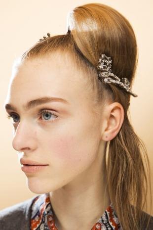 """Карамельно русый цвет волос на длинные волосы, праздничный вариант прически """"конский хвост"""""""