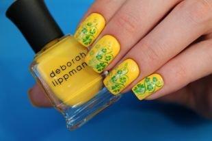 Маникюр на средние ногти, яркий желтый маникюр с зеленым цветочным рисунком