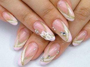 Золотой маникюр, прозрачный дизайн ногтей со стразами, лепкой и золотистыми полосками
