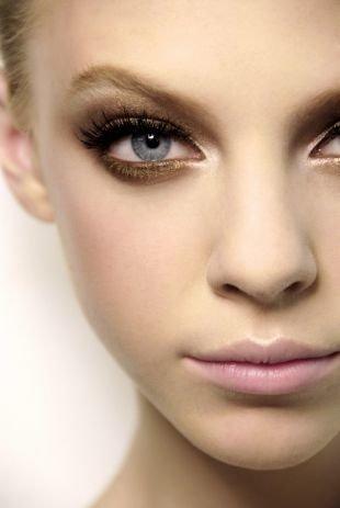 Макияж для блондинок с голубыми глазами, коричневая палитра теней для глаз серого цвета