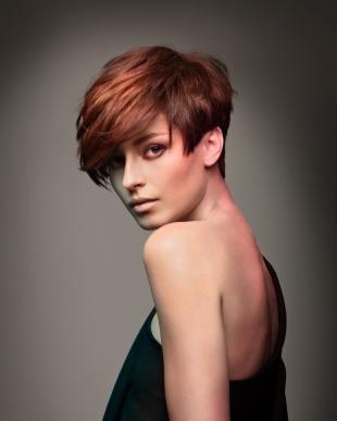 Коньячный цвет волос, пышная прическа на короткие волосы