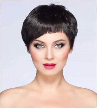 Иссиня-черный цвет волос, модная челка для короткой стрижки