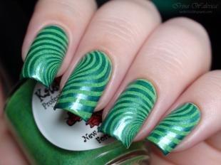 Абстрактные рисунки на ногтях, модный маникюр в зеленых тонах