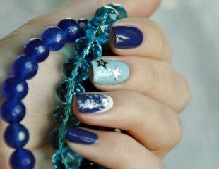 Маникюр под синее платье, сине-голубой дизайн ногтей со звездочками