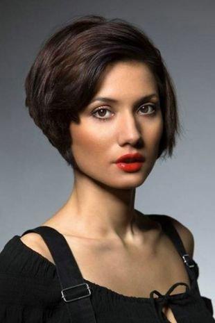 Шоколадный цвет волос, элегантная прическа боб