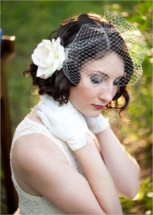 Прически с цветами на короткие волосы, свадебная прическа на короткие волосы с вуалеткой
