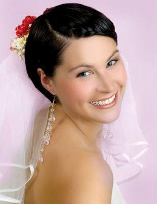 Свадебные прически с фатой, свадебная прическа на короткие волосы с косой