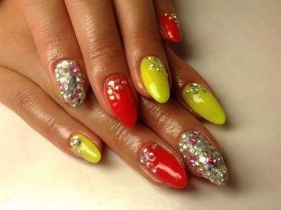 Дизайн ногтей жидкие камни, разноцветный маникюр со стразами
