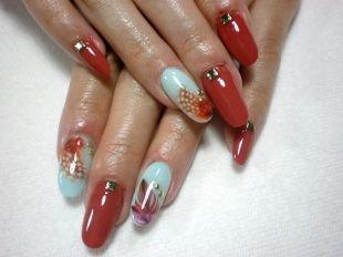 Рисунки с листьями на ногтях, красный маникюр с металлическим декором и рисунком разноцветных перышек