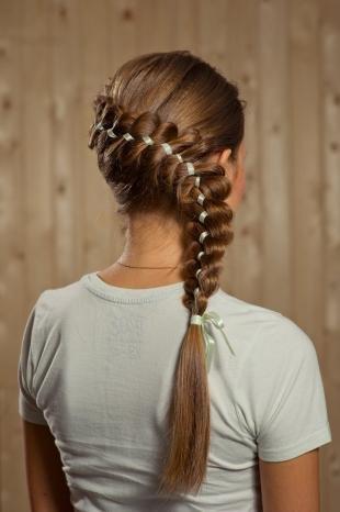 Светло каштановый цвет волос на длинные волосы, стильная прическа с косой
