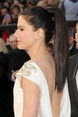 Цвет волос горький шоколад, прическа под платье с открытой спиной