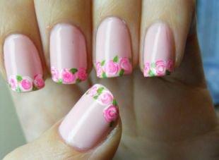 Розовый маникюр, розы на краю ногтей