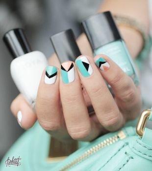 Геометрические рисунки на ногтях, многоцветный маникюр с геометрическим рисунком на коротких ногтях