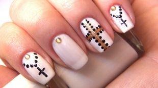 Дизайн ногтей со стразами, белый маникюр с черными крестами и стразами