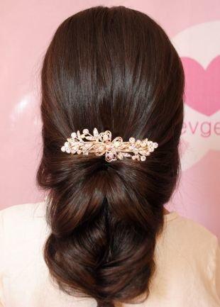 Каштановый цвет волос, великолепная вечерняя прическа на длинные волосы