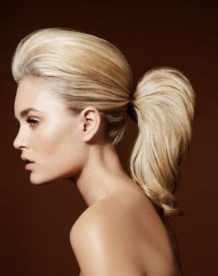 Бежевый цвет волос, прическа на средние волосы - низкий хвост с начесом