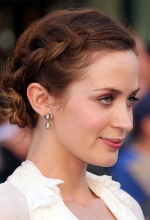 Прически на выпускной на средние волосы, прелестная прическа на основе французской косы