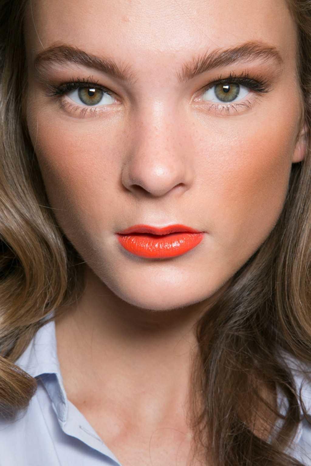 Красная помада в дневном макияже