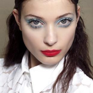 Макияж для голубых глаз с голубыми тенями, экстравагантный подиумный макияж