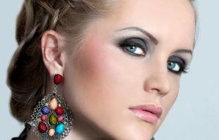 Макияж для голубых глаз и русых волос, аккуратный татуаж бровей