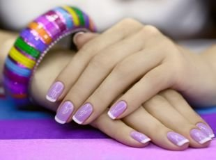 Школьный маникюр на короткие ногти, френч на сиреневом фоне