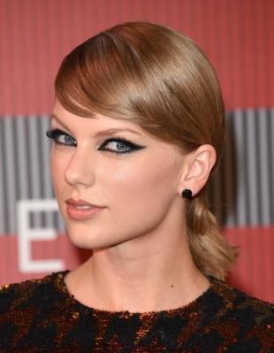 Макияж для голубых глаз под голубое платье, яркие идеи звездного мейкапа