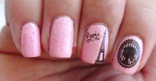 Двухцветный маникюр, эйфелева башня на розовых ногтях