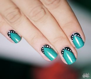 Оригинальные рисунки на ногтях, зеленый мерцающий маникюр с белым горошком