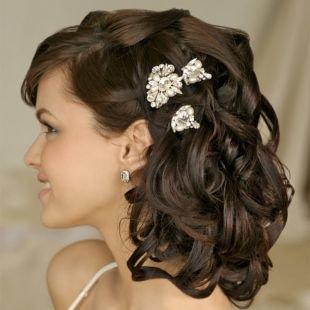 Коричневый цвет волос, романтичная прическа на средние волосы