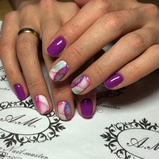 Мраморный маникюр, модный фиолетовый маникюр на короткие ногти