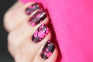 Рисунки на черных ногтях, черно-розовый водный маникюр