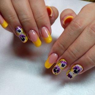 Легкие рисунки на ногтях, желтый френч с фиолетовыми цветами