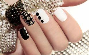Рисунки на черных ногтях, черно-белый маникюр по фен-шуй со стразами
