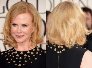 Цвет волос теплый блонд, праздничная укладка классического каре
