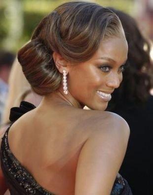Холодно коричневый цвет волос, гладкая вечерняя укладка с голливудской волной