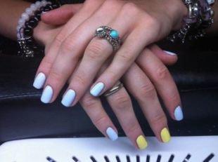 Простой дизайн ногтей, желто-голубой маникюр по фен-шуй