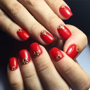 Рисунки блестками на ногтях, красный маникюр шеллаком со стразами