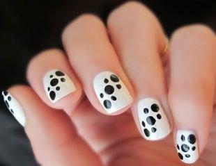 Красивый дизайн ногтей, белый маникюр в черный горошек