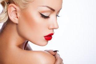 Макияж в стиле пин ап, макияж для блондинок с длинными стрелками