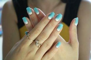 Нежные рисунки на ногтях, лунный маникюр голубым и белым лаком