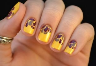 Летний маникюр на коротких ногтях, ярко-желтый маникюр с каплями